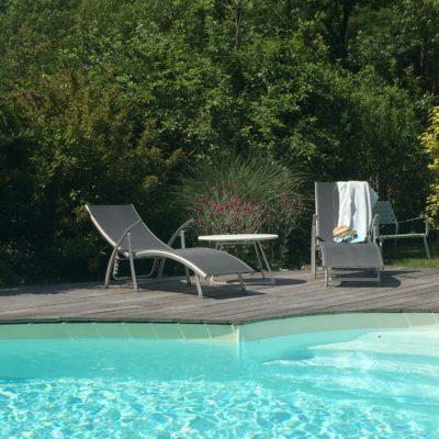 piscine et chaises-longues